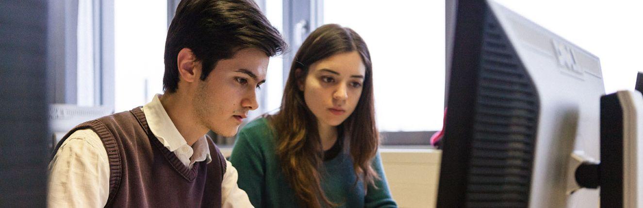Student und Studentin am Computer